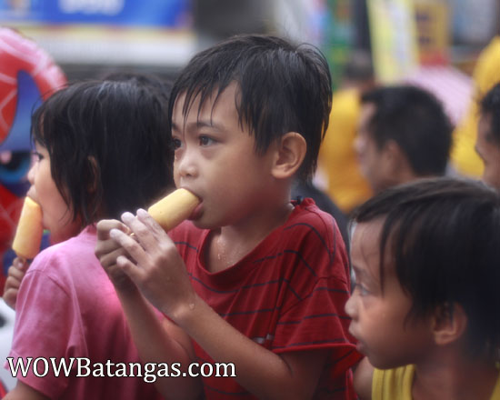 kids-ice-cream during parada ng lechon