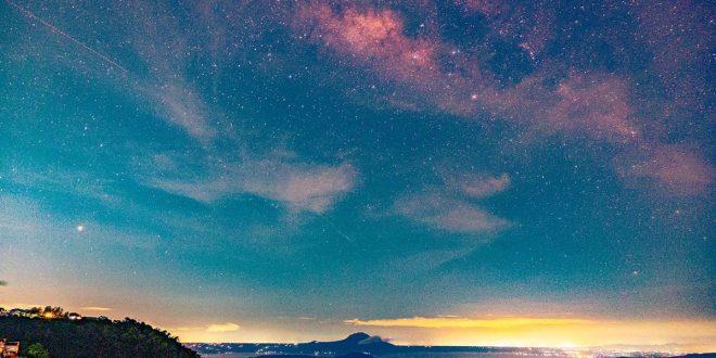 Milky Way Galaxy sa ibabaw ng Bulkang Taal